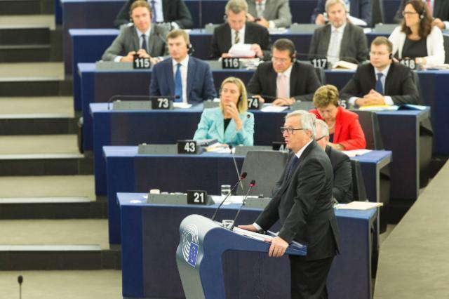 欧州議会の前で力強く結束を呼び掛けるユンカー欧州委員会委員長