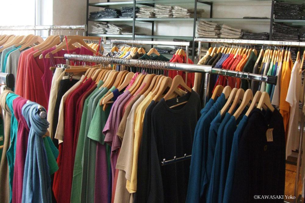 ヘンプ専門店の衣服類:Tシャツ、スカーフ、カーディガンなどかなり充実している