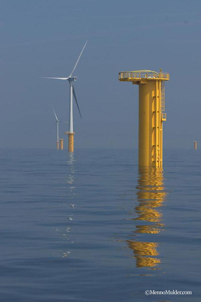 風車の設置を待つ基礎部分 © MennoMulder.com