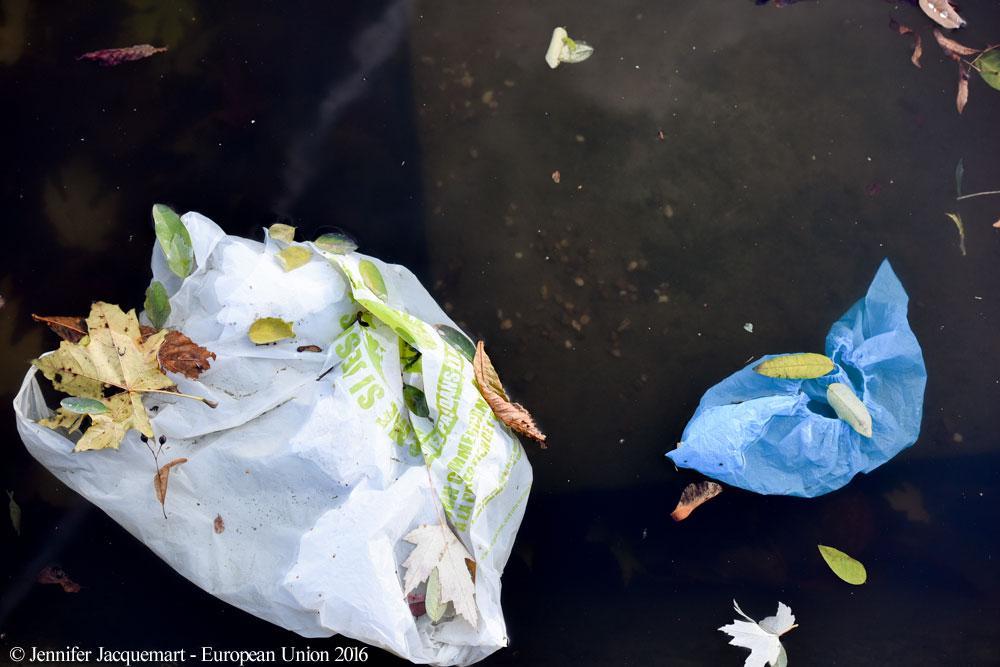 地球規模の深刻な問題となっている海洋のプラスチックごみ。2050年には、海洋に生きる魚よりもプラスチックごみの重量の方が重くなると見られている。