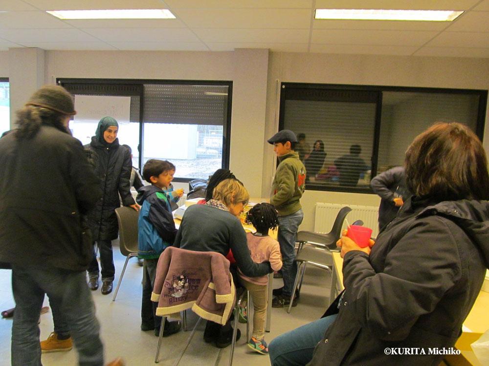 午後の談話室、ボランティアとともにおやつを食べ、ゲームをする
