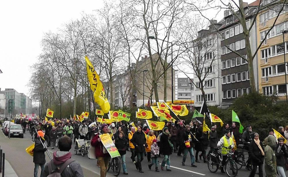 片側車線いっぱいに広がって進むデモ行列 ©️KAWASAKI Yoko