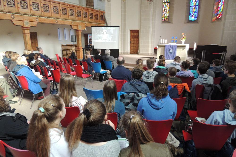 教会で阿部ゆりかさんのビデオメッセージを上映