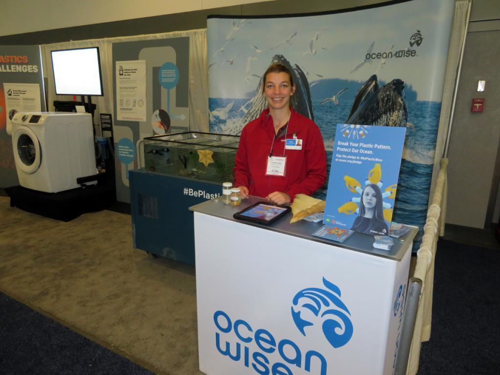 カナダ・バンクーバー市で開催された環境・ビジネス会議GLOBEでのOcean Wiseのブース。訪れる人に海洋生物保護の重要性を説明していた。2018年3月15日。©MISHIMA, Naomi
