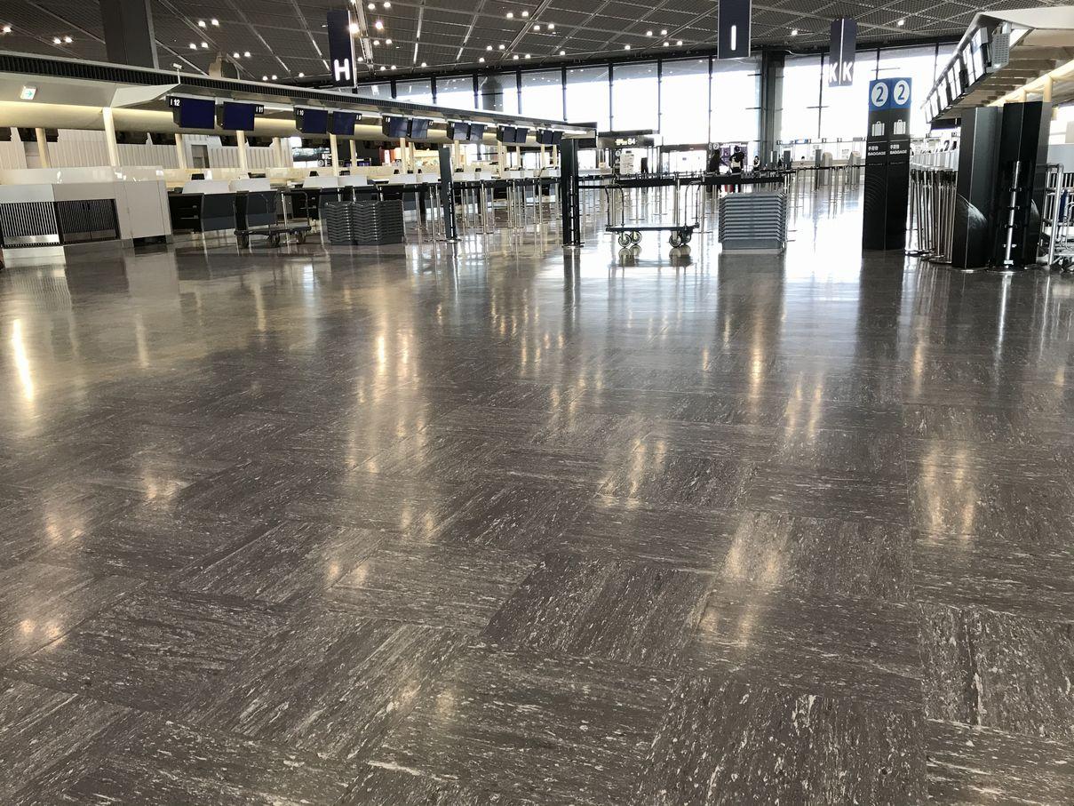 空っぽの空港 (c) Taz
