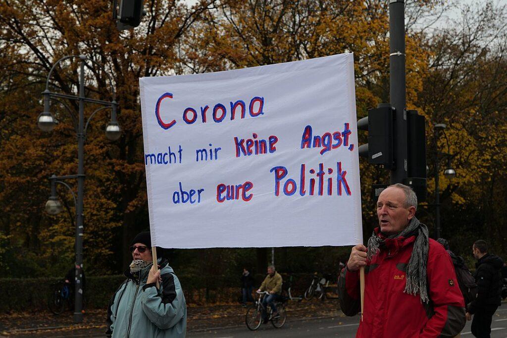 「コロナは怖くないが国の政策が怖い」と訴えるドイツ市民 2020年6月ベルリン ©Leonhard Lenz – CC0