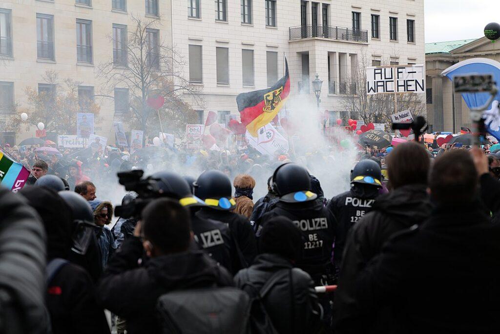 コロナ対策に辟易したデモ隊が、警察と激しくぶつかることも 2020年11月ベルリン©Leonhard Lenz – CC0